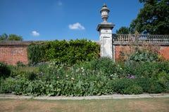Garten mit Backsteinmauer stockbild