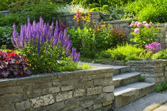 Garten mit der Steinlandschaftsgestaltung stockbilder