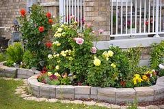 Garten mit der Steinlandschaftsgestaltung Lizenzfreies Stockbild