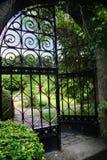 Garten mit einem geöffneten Gatter lizenzfreies stockbild