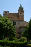 Garten mit einer Kirche Stockfoto