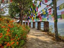 Garten mit Gebetsflaggen stockfotos