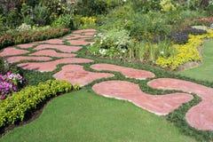 Garten mit gepflastertem Pfad stockbild