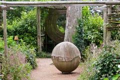 Garten mit Pergola und Verzierungen Stockfotografie