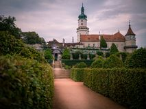 Garten mit Schloss nove mesto nad-metuji lizenzfreie stockbilder