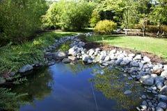 Garten mit Teich Lizenzfreie Stockfotos