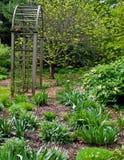 Garten mit Torbogen Lizenzfreies Stockfoto