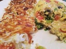 Garten-Omelett mit Bratkartoffeln Stockbilder