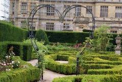 Garten rosafarbener Bogen in Form eines Herzens Lizenzfreies Stockfoto