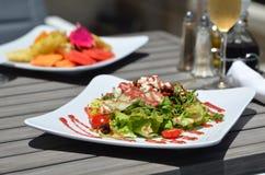 Garten-Salat/organische Frucht-Platte - Gemüse/Früchte lizenzfreie stockfotos