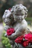 Garten-Statue mit bunten Blumen Stockbilder