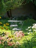 Garten: sunlit Tabelle und Stühle Stockfotos