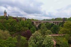 Garten- und Adolphe-Brücke über Petrusse-Tal in Luxemburg-Stadt Frühlingsstadtlandschaftsfoto luxemburg Lizenzfreies Stockfoto