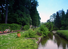Garten und Fluss. Lizenzfreies Stockbild