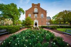 Garten und Latrobe Hall, an den Universität John Hopkins, Baltimore, lizenzfreie stockfotos