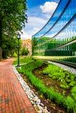 Garten und modernes Gebäude bei John Hopkins University in Baltimo stockfotos