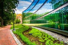 Garten und modernes Gebäude bei John Hopkins University in Baltimo stockbilder