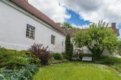 Garten und Rasen nahe altem Haus Lizenzfreie Stockbilder