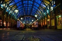 Garten-Zirkusausführender Londons Covent nachts vom niedrigen Stand Lizenzfreie Stockfotografie