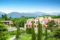 Gartenansicht mit Gebäudekonstrukt-Weinleseart Stockbilder