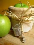 Gartenarbeit: Äpfel Stockbild
