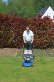 Gartenarbeit, den Rasen mähend. lizenzfreie stockfotografie