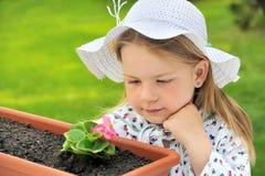 Gartenarbeit des kleinen Mädchens stockfotos