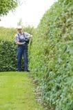 Gartenarbeit, Hecke schneiden lizenzfreies stockbild