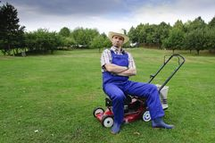 Gartenarbeit, Mann, der den Rasen mäht Lizenzfreie Stockfotos