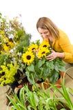 Gartenarbeit - Portrait der Frau mit Sonnenblumen Lizenzfreies Stockbild