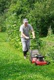 Gartenarbeit - Schnitt des Grases Lizenzfreies Stockbild
