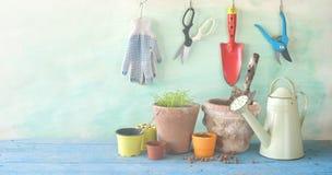 Gartenarbeitgeräte, im Garten arbeitendes Frühjahr, Sämlinge und Blume p Stockbilder