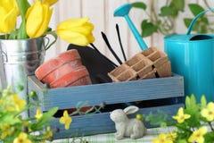 Gartenarbeithilfsmittel und -blumen lizenzfreie stockfotografie