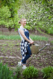 Gartenarbeitnatur der außenseite der Frau im Frühjahr Stockbild