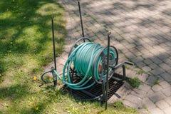 Gartenarbeitschlauchspule im Hinterhof Lizenzfreies Stockfoto