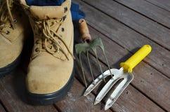 Gartenarbeitwerkzeuge mit Arbeitsschuhen lizenzfreie stockfotos