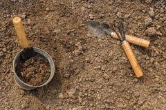 Gartenarbeitwerkzeuge und -boden Lizenzfreie Stockfotografie