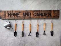 Gartenarbeitwerkzeugfall auf der Betonmauer stockfoto