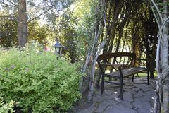 Gartenbank im Schatten Lizenzfreie Stockfotos
