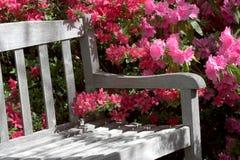 Gartenbank und -blumen Lizenzfreies Stockbild