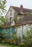 Gartenbett und -haus an Monets Garten in Giverny, Normandie stockbild