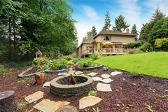 Gartenbetten mit fie Grube Hinterhofbereich lizenzfreie stockfotografie