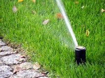 Gartenbewässerung, Arbeitsberieselungsanlage Lizenzfreie Stockfotos