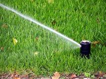 Gartenbewässerung, Arbeitsberieselungsanlage Lizenzfreie Stockbilder