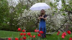 Gartenblumenfrau stock video