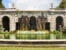 Gartenbrunnen in königlichem Palast Casertas lizenzfreie stockbilder