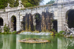 Gartenbrunnen in königlichem Palast Casertas stockbild