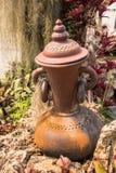 Gartendekoration durch Tonwarenglas, Tonwarenpitcher Stockfotografie