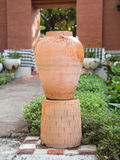 Gartendekoration durch Tonwarenglas, Tonwarenpitcher Lizenzfreie Stockbilder