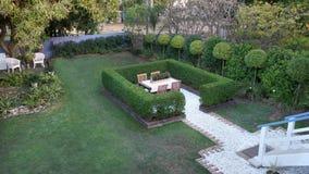 Garteneinstellung mit Hecke Lizenzfreie Stockfotos